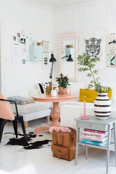 komnata-v-skandinavskom-stile-s-rozovym-stolom