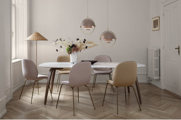 Интерьер с розовыми стульями