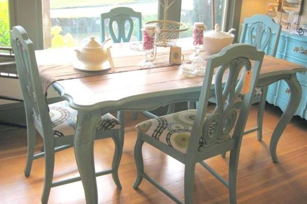 Окрашенные стулья и стол