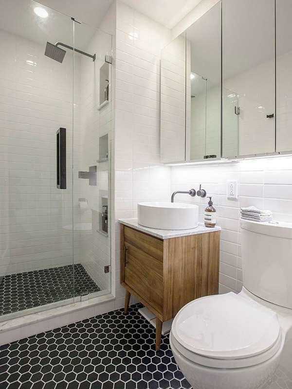 Отделка маленькой ванной комнаты белой плиткой