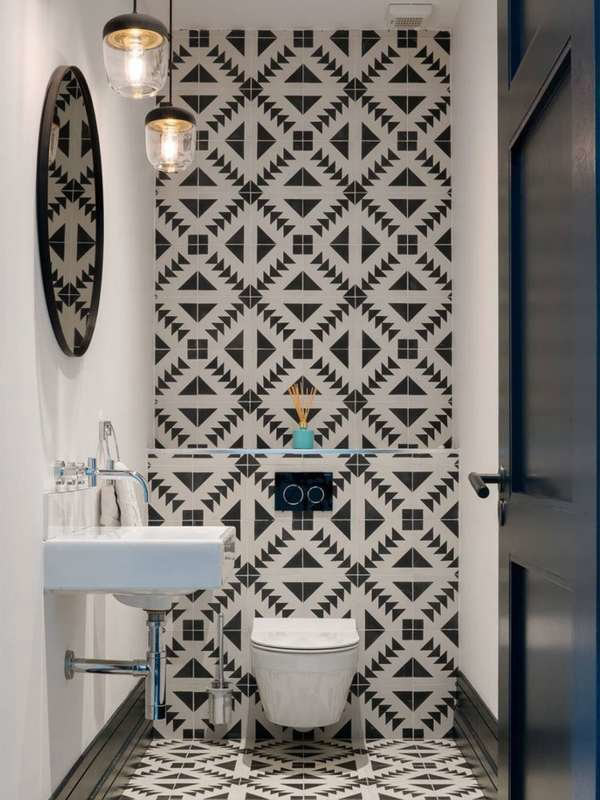 Отделка стены в маленькой ванной комнате контрастной плиткой