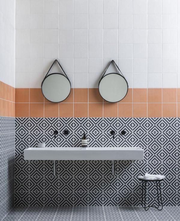 Оформление стен ванной плиткой с орнаментом