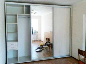 шкаф установленный в нишу