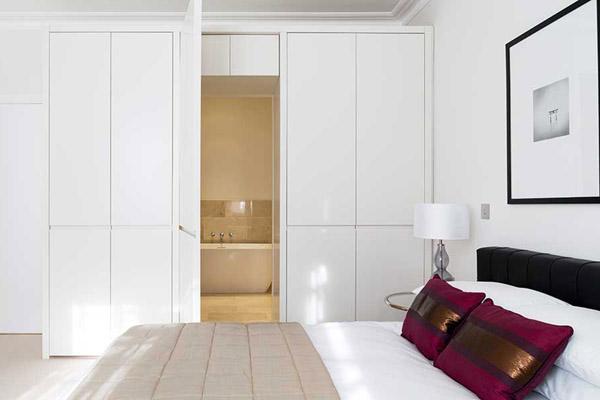 Встроенный шкаф с дверью в ванную комнату