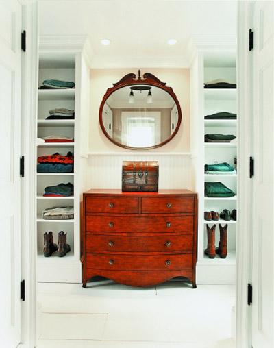 Встроенные стеллажи в гардеробной