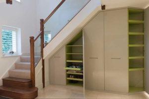 Встроенная мебель в прихожей под лестницей