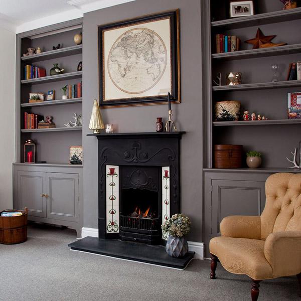 Встроенная мебель у камина в гостиной