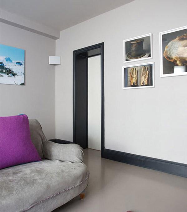Светлые стены с контрастным плинтусом