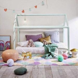 яркий домик в комнате для девочки