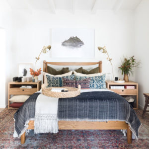 Спальня в скандинавском стиле с белыми стенами