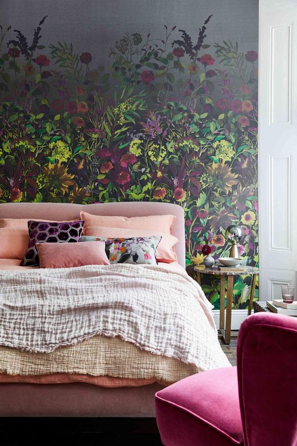 стена в спальне оформлена яркой фреской