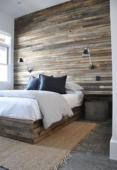 стена в спальне оформлена деревянной доской
