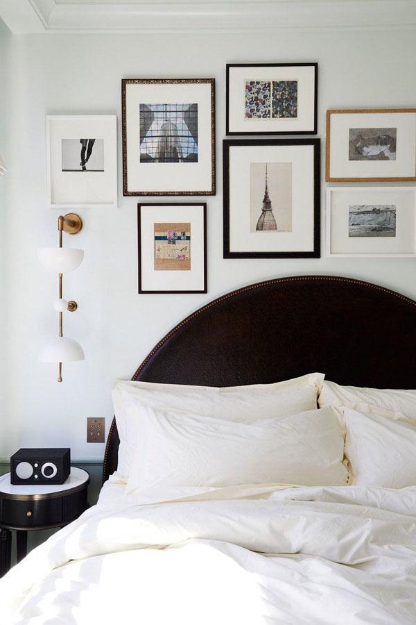 декор из небольших рисунков над кроватью