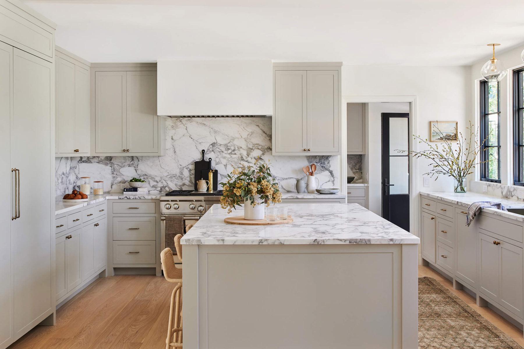 Светло серый цвет стен на кухне и светлые фасады