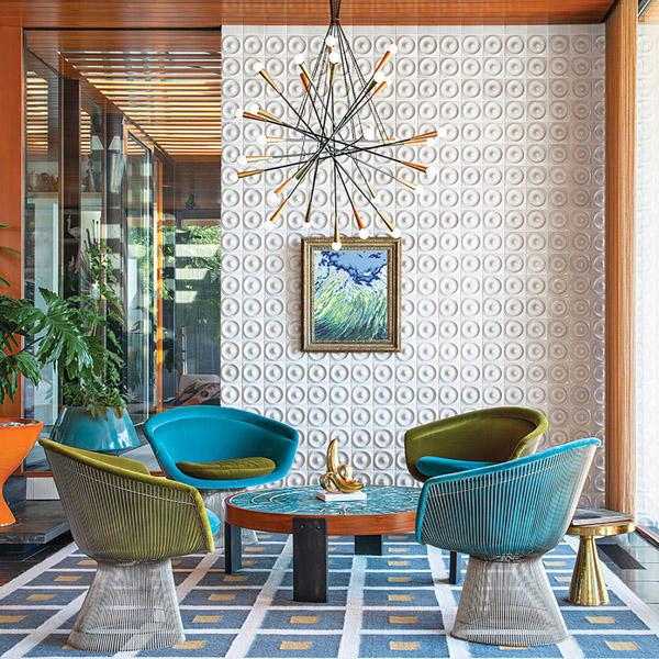 гостиная в ретро стиле с бирюзовыми креслами