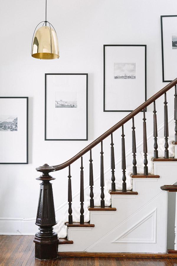 галерейная развеска фотографий на лестнице