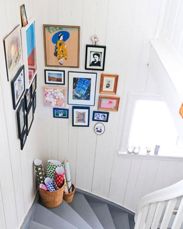 фотографии в углу лестницы