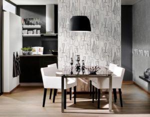 фрагмент обоев другого цвета на стене у стола