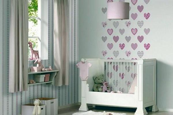 стена с разными обоями в детской
