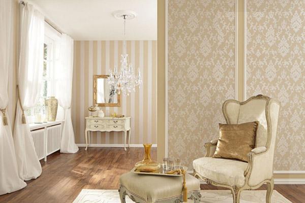 вертикальные полосы контрастного цвета на стене в гостиной