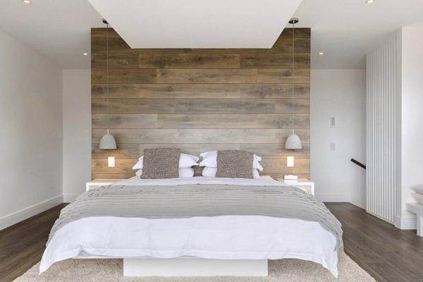Спальня с стеной изголовьем из деревянных панелей