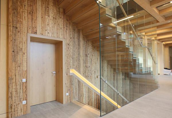 современный офисный центр со стеной из амбарной доски