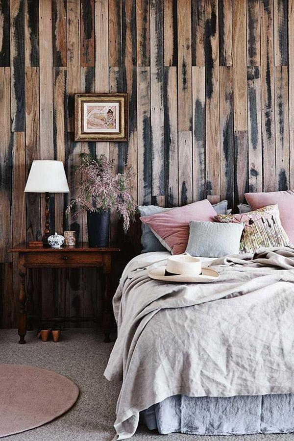 стена из амбарных досок с окраской