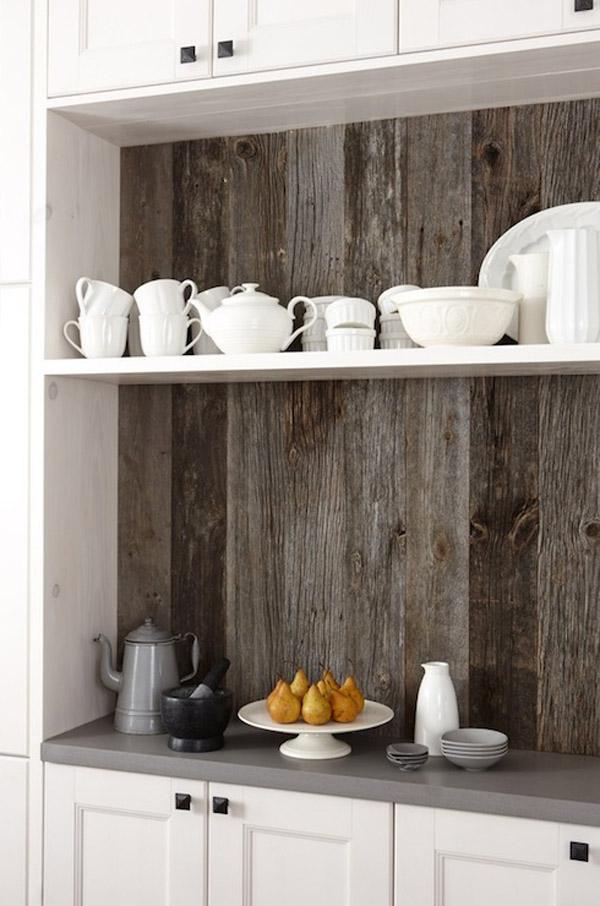 фрагмент кухонного шкафа с стеной из старых досок