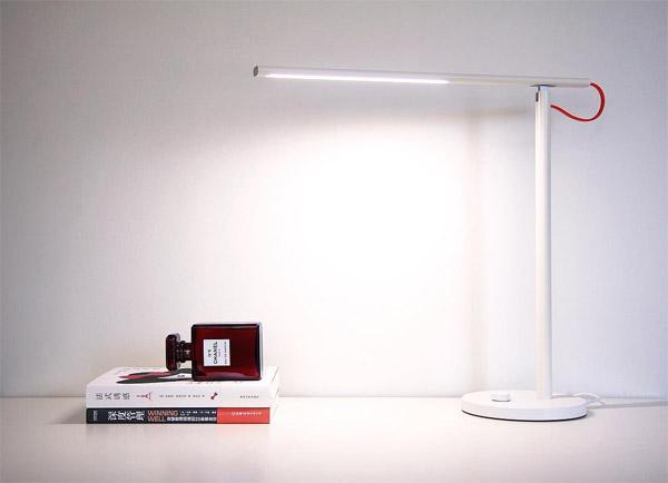 светодиодная настольная лампа с разными уровнями яркости