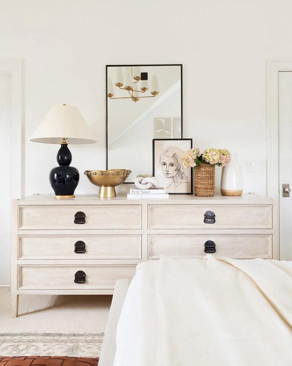 белая мебель со сложной поверхностью