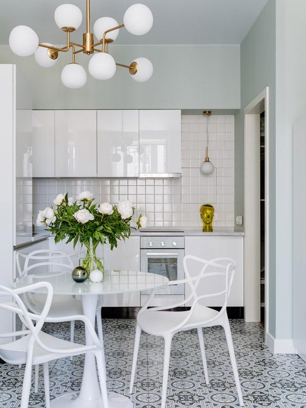 белая мебель в нейтральном интерьере