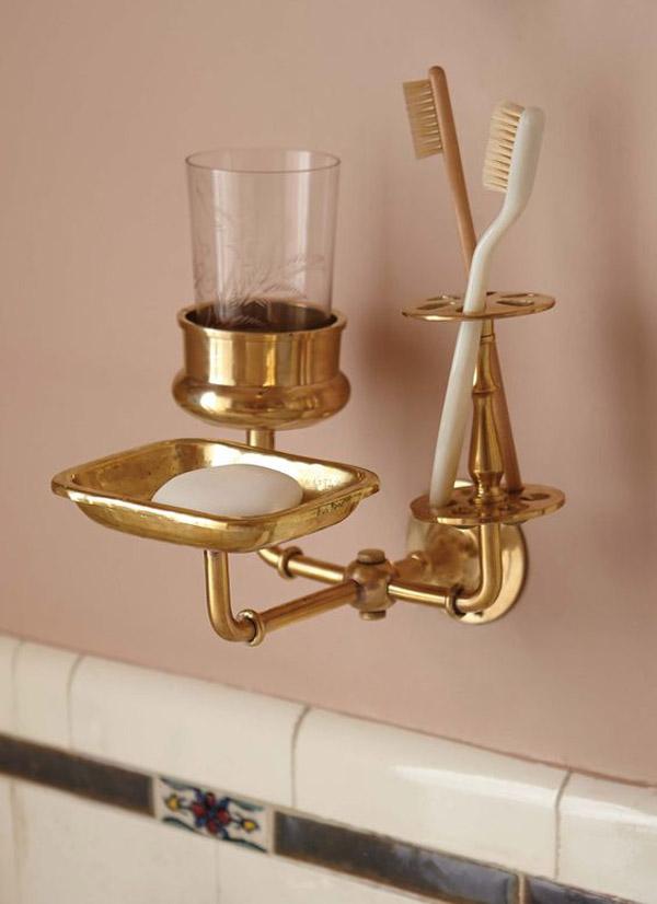 металлические детали в ванной комнате пастельных цветов