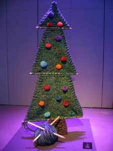 новогодняя елка связана на спицах