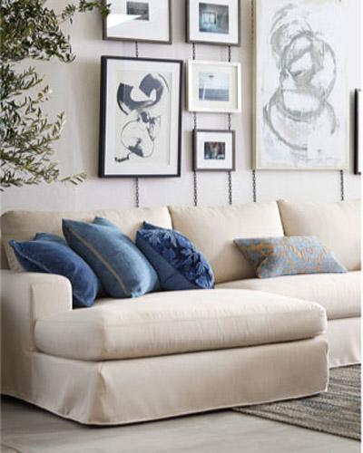 коллекция рисунков над диваном