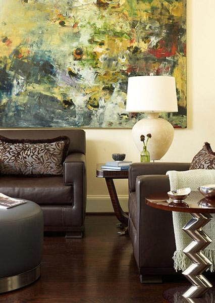 большая картина на стене над диваном