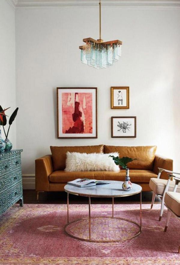 большая и маленькая картина над диваном