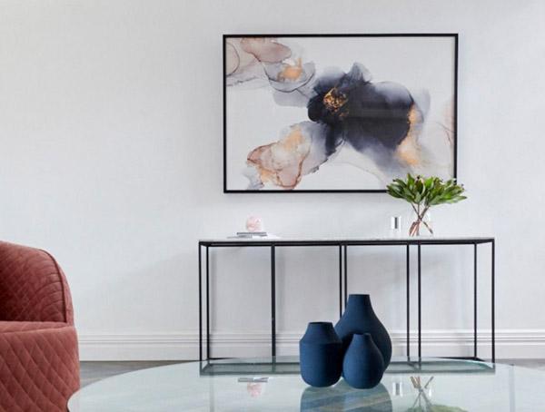 абстрактная картина в гостиной