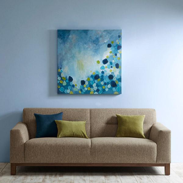 картина в синих тонах на голубой стене