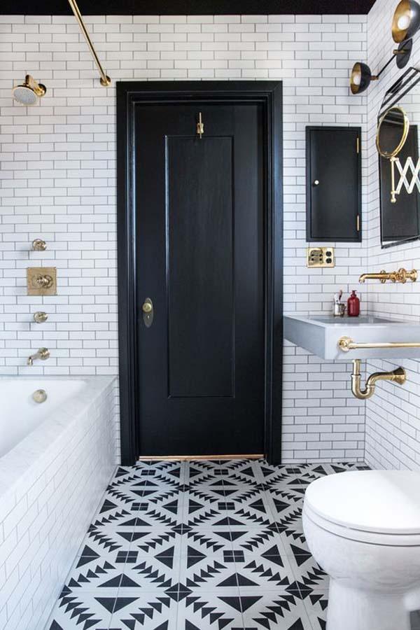 ванная с черной дверью и плиткой с орнаментом