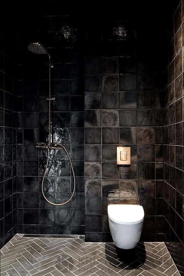 тотально черный интерьер ванной