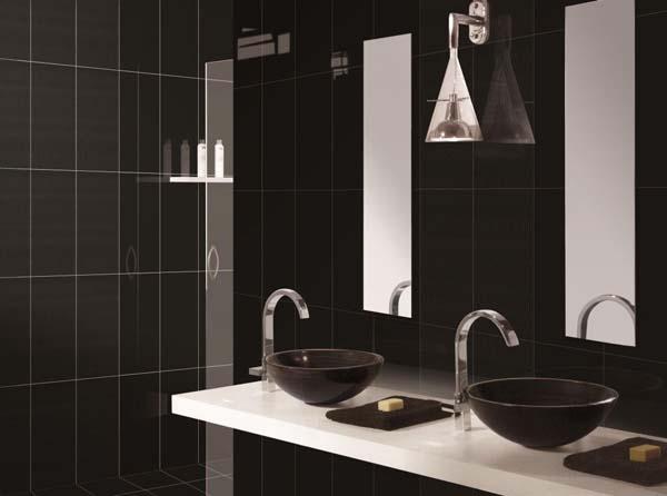 черная плитка на стенах ванной