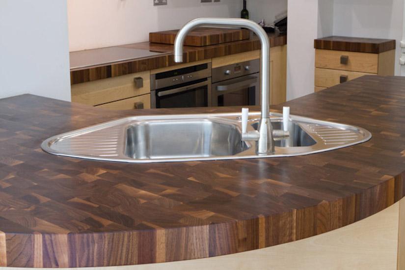 деревянная столешница на кухонном острове