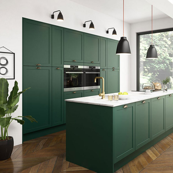 модная кухня с темно зелеными фасадами