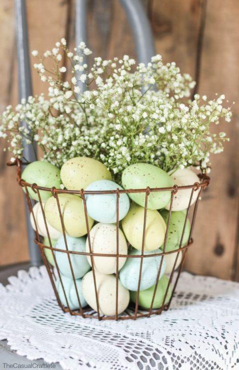 корзина с яйцами и цветами