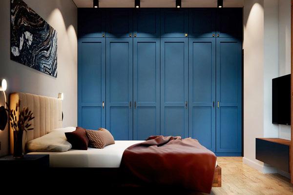 синий встроенный шкаф в спальне