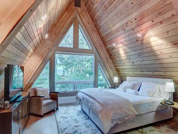 панарамное окно в спальне на чердаке