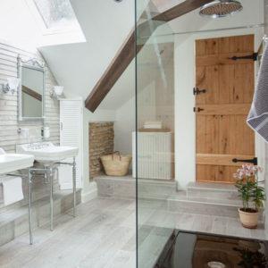 ванная комната с окном на чердаке