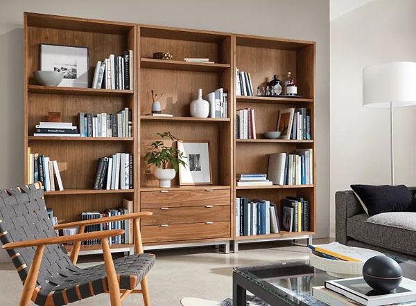 стеллаж с книгами в гостиной