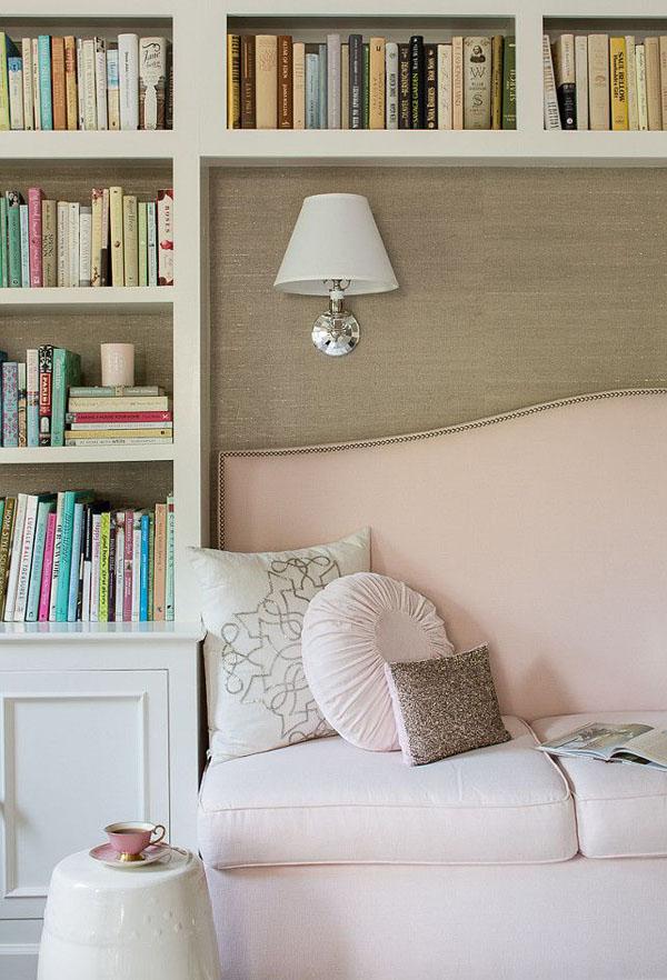 светлые книжные полки с декором
