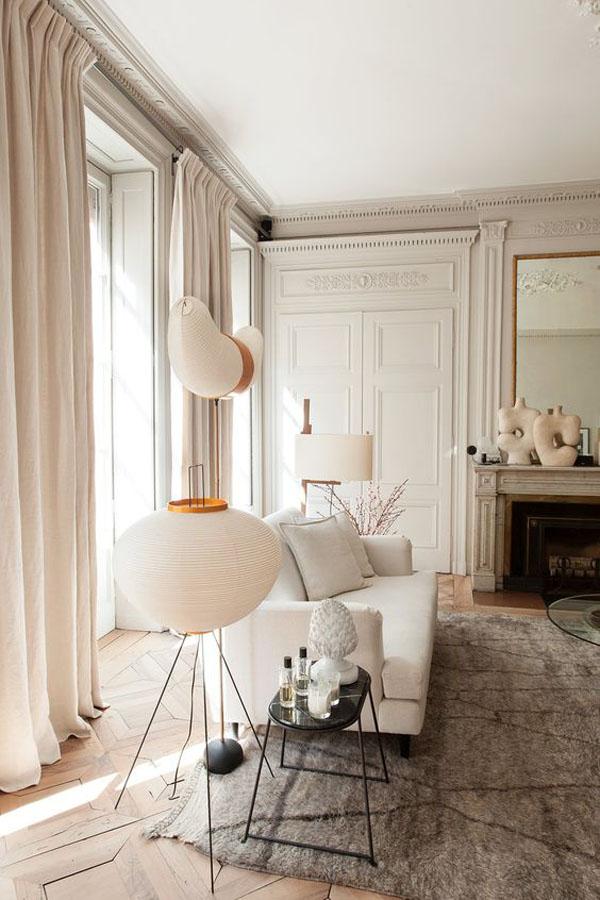 гостиная с высокими окнами в парижском стиле